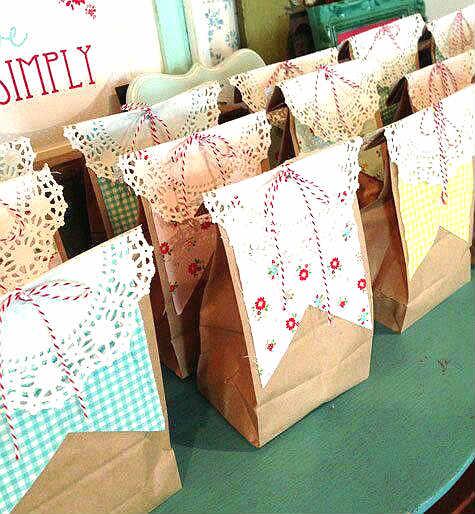 Bolsas para souvenires con blondas, cartulina y moño de hilo