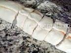 Mini pizza preparare reteta - taiem rondele blatul rulat
