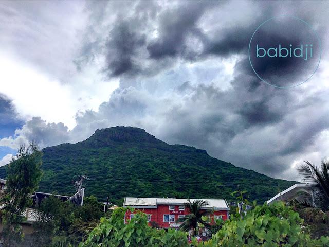 bâtiment du restaurant Hidden Garden devant la montagne du Rempart à l'île Maurice Rivière Noire