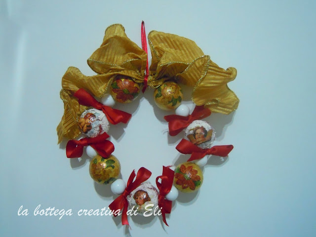 ghirlanda-natalizia-realizzata-con-palline-di-polistirolo