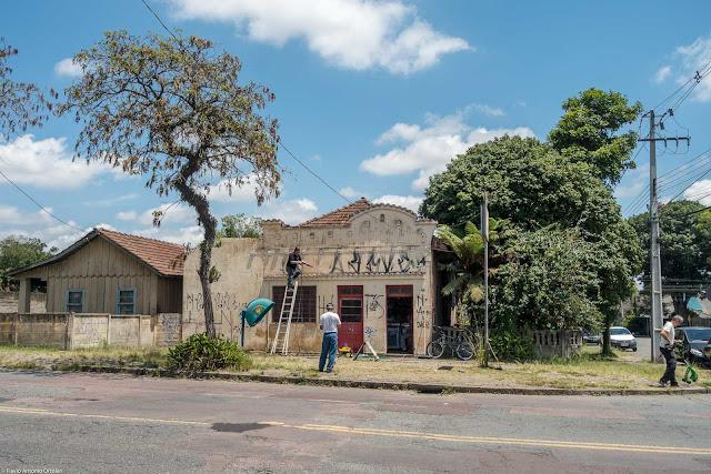Mercearia Zequinão - pessoal trabalhando na recuperação da fachada