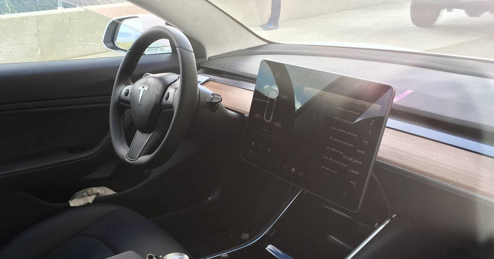 Take a closer look at the tesla model 3 39 s minimalist interior for Tesla model 3 interieur