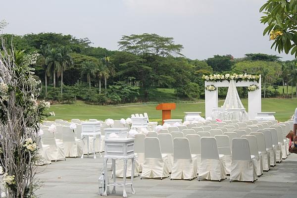 Outdoor wedding pakai jasa pawang hujan