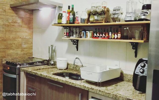 decoração-cozinha-com-prateleira-sobre-a-pia