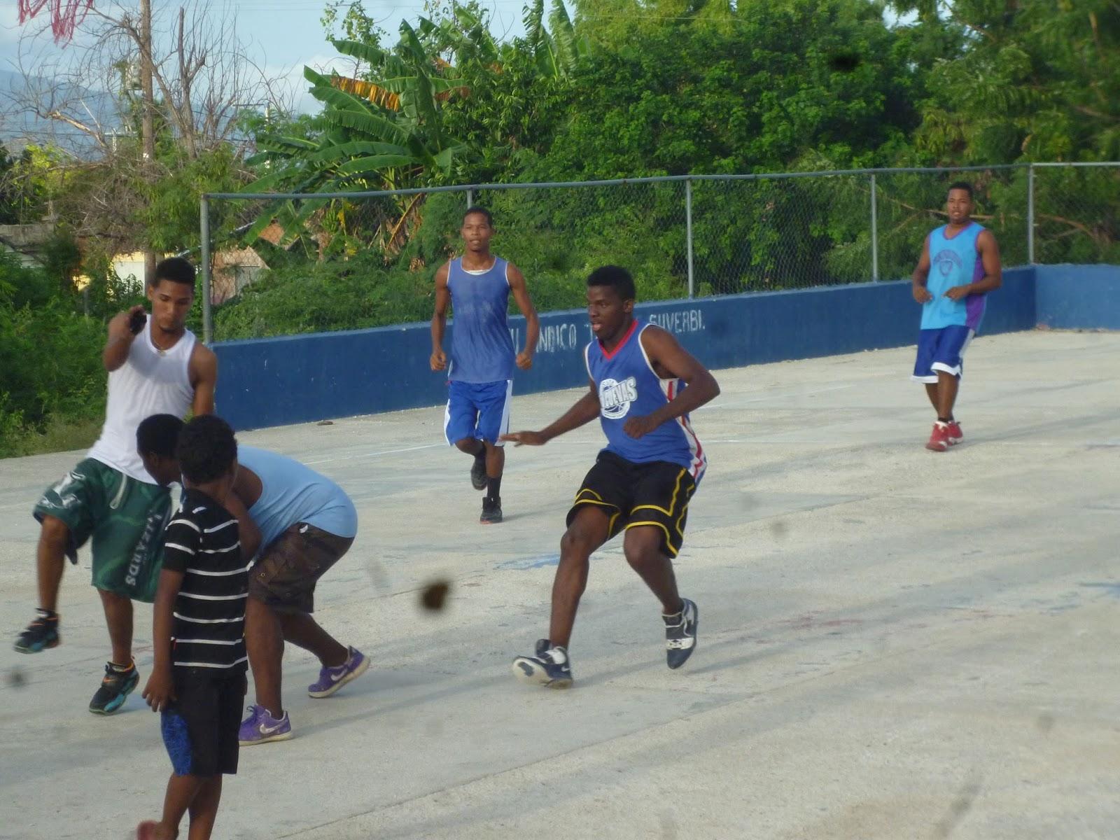 Jóvenes del barrio Palmarito de Barahona demandan más inversión en el deporte.