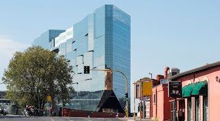 Szkło przeciwsłoneczne zapewnia architektom swobodną grę kolorami i refleksami na elewacji siedziby BNL-BNP Paribas w Rzymie