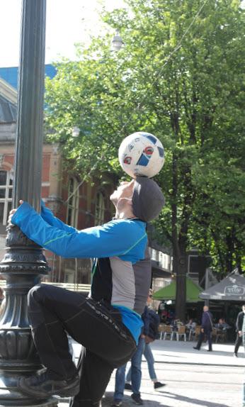 Sul palo con pallone in testa