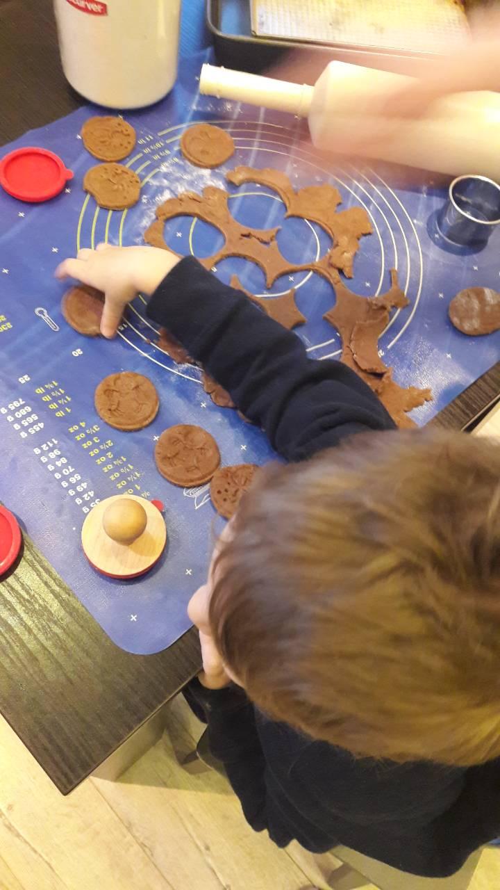 pierniczki ludziki z cukrem pudrem - wycinamy kolka na pierniczki