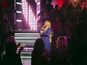Kelly Clarkson interpreta 'I'm With You' de Avril Lavigne durante The Kelly Clarkson Show