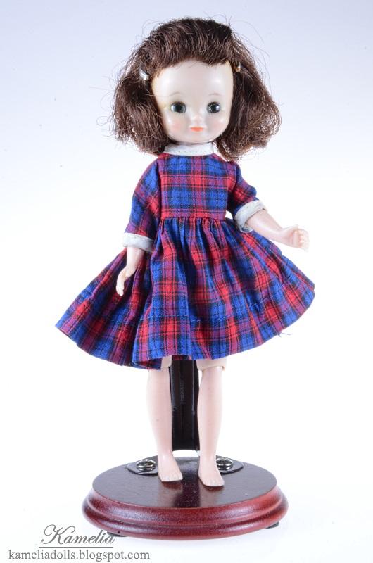 Betsy McCall w sukience w kratkę.