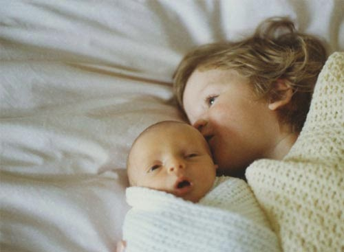 أخوان يعيدان تمثيل لحظات من طفولتهما بطريقة طريفة