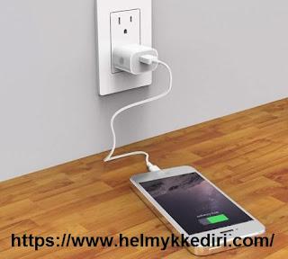 Hal terlarang saat charger smartphone