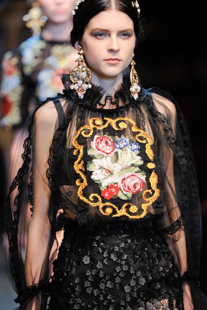 http://3.bp.blogspot.com/-CKi3qyRHi7Q/T15DAuqfa8I/AAAAAAAAL1o/IAseUQpAjTk/s1600/Dolce+&+Gabbana+Fall+2012+09.jpg