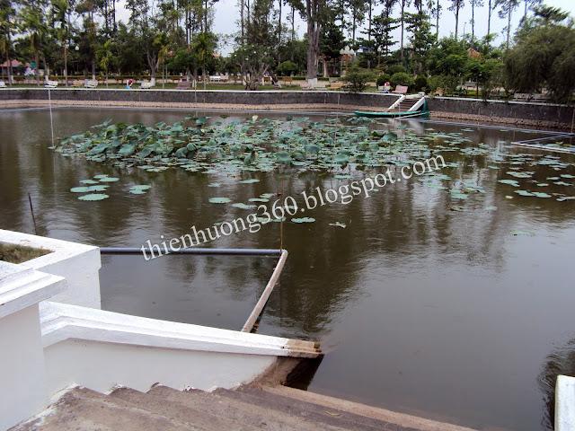 Nhà sàn Bác Hồ: Phía trước nhà sàn là Ao sen