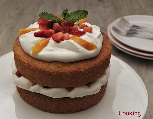 Victoria sponge cake é um bolo de textura leve, delicado e com muito sabor, delicioso recheadocom natas batidas e fruta fresca.