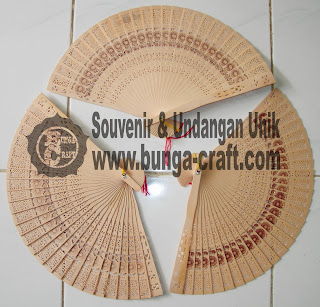 http://www.bunga-craft.com/2013/11/souvenir-kipas-cendana.html
