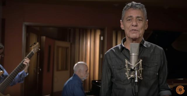 """Single """"Tua Cantiga"""", de Chico Buarque, é lançado na web"""