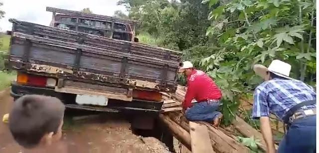 Nova Tebas: Caminhonete fica encalhada em buraco!