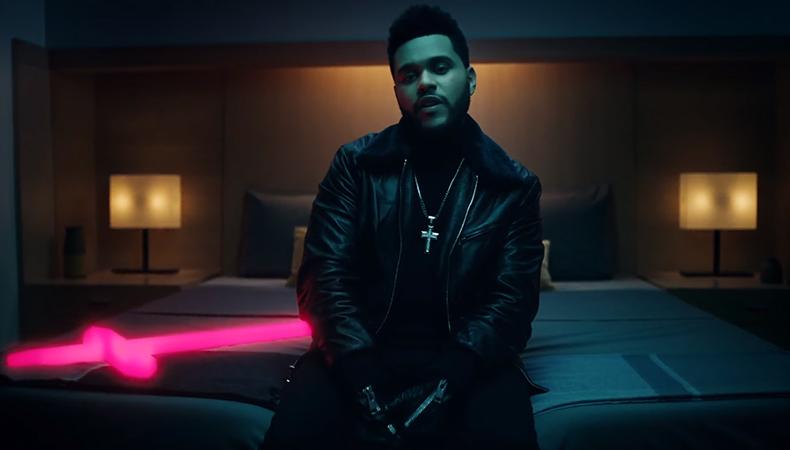 """Com um crucifixo incandescente e muitos estilhaços, The Weeknd divulga o clipe de """"Starboy"""""""