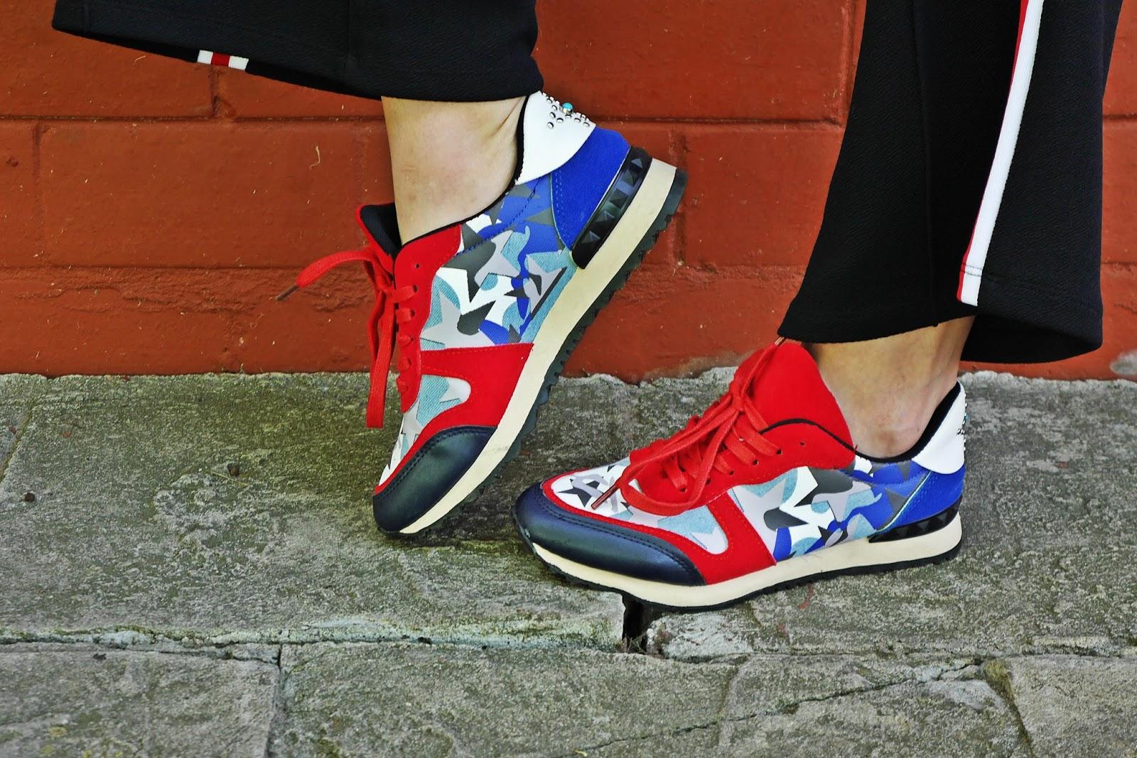5_kolorowe_sneakersy_renee_czarne_spodnie_z_lampasem_crop_top_karyn_blog_modowy_300418