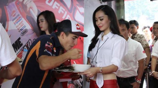 Reaksi Marquez Setelah Mencicipi Bakso Indonesia