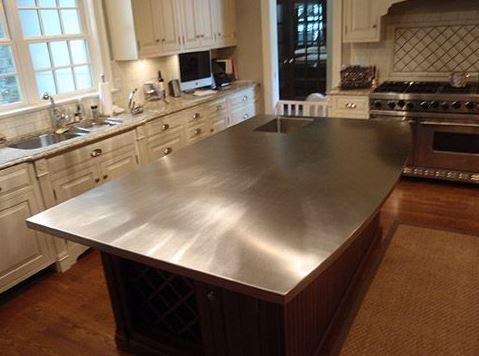 Mesas y mesadas en cocina de diseño donde prima el acero inoxidable ...