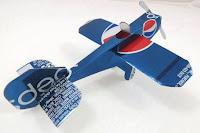 Manualidades con material reciclado - Aeroplano hecho con latas de Pepsi