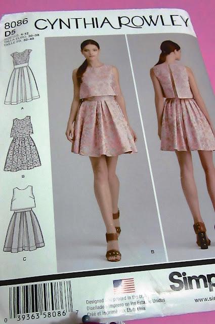 Vestido falda amplia con pliegues pretina ancha crop top blusa corta Simplicity 8086 Baul Costureras
