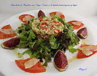 Ensalada de crudites con trigo tierno a la menta, tomate, queso y higos