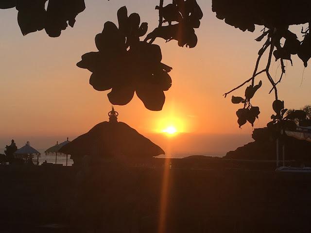 雲海に沈んでいく夕日