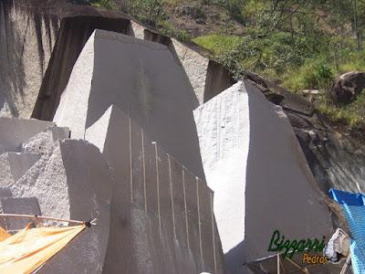 Pedra de granito sendo cortada para execução de folheta de pedra.