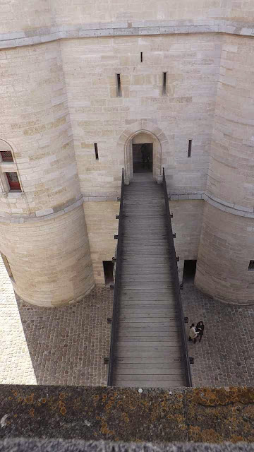 Ponte que liga o castelo ao donjon podia ser retirada, isolando a torre. Vincennes, Paris