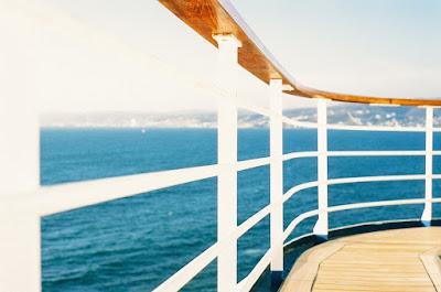 Barandilla de un barco con el mar al fondo