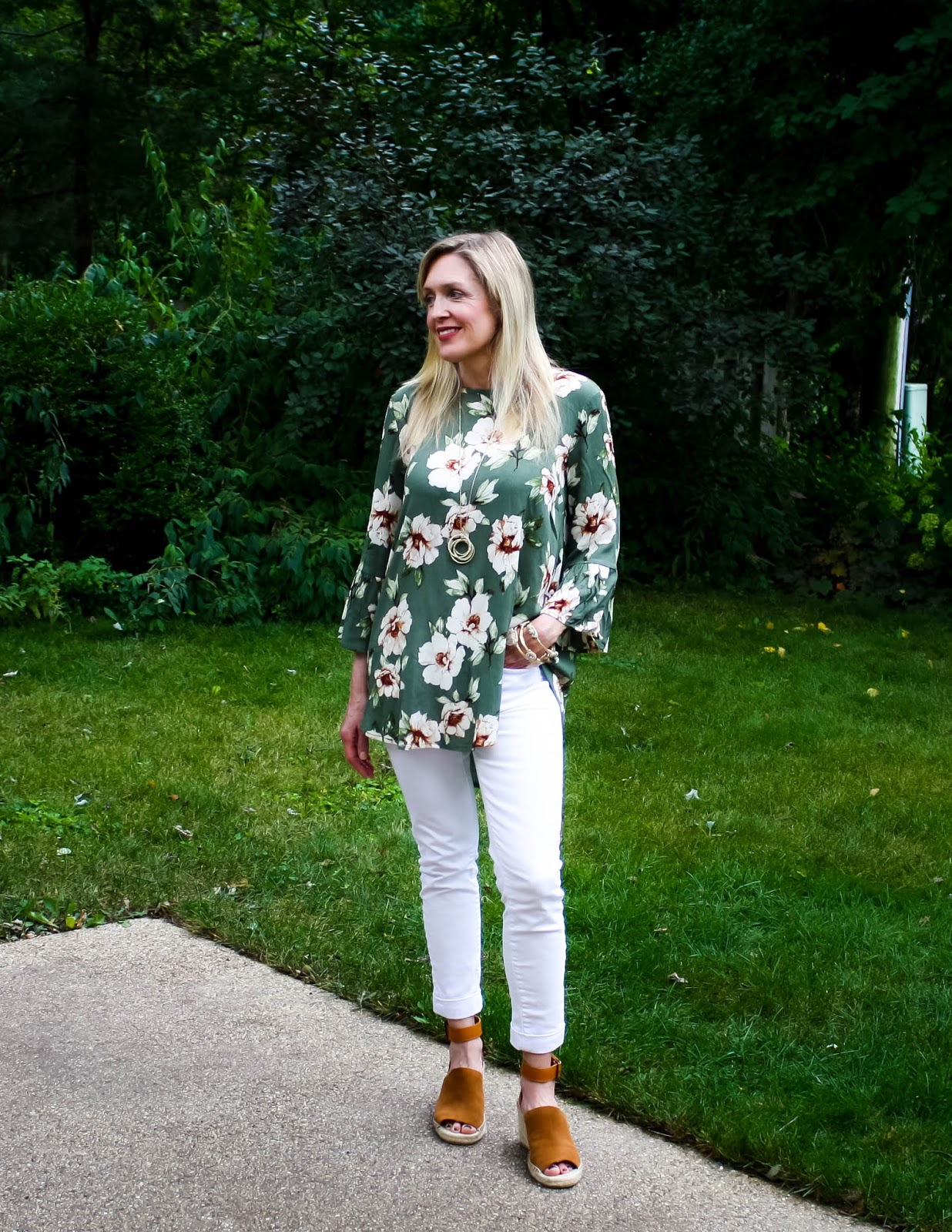What to Wear When Traveling: Olive Floral Tunic with White Denim and Wedges