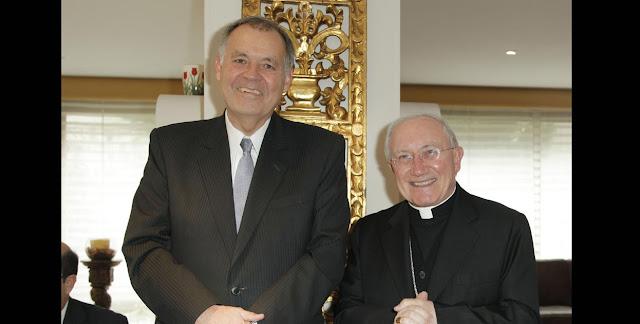 Alejandro Ordóñez y un sacerdote católico. Todas Las Sombras. Ordóñez, el especulador. Fuente: http://todaslassombras.blogspot.com/2016/11/ordonez-el-especulador.html