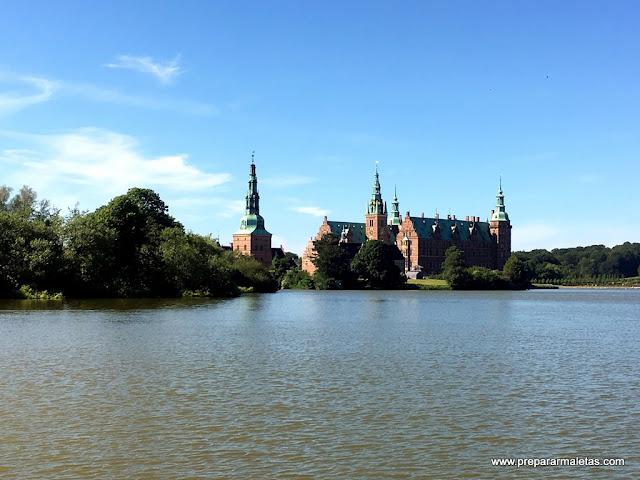 vistas desde el pueblo al castillo frederiksborg