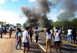 Pais e alunos realizam protesto na BA-262