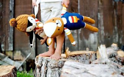 أيّهما أسوأ: تدليل الطفل أو إهماله ,طفل يحمل يمسك عرائس عروسة دمية دمة محشوةplay  child kid boy carry stuffed doll teddy bear