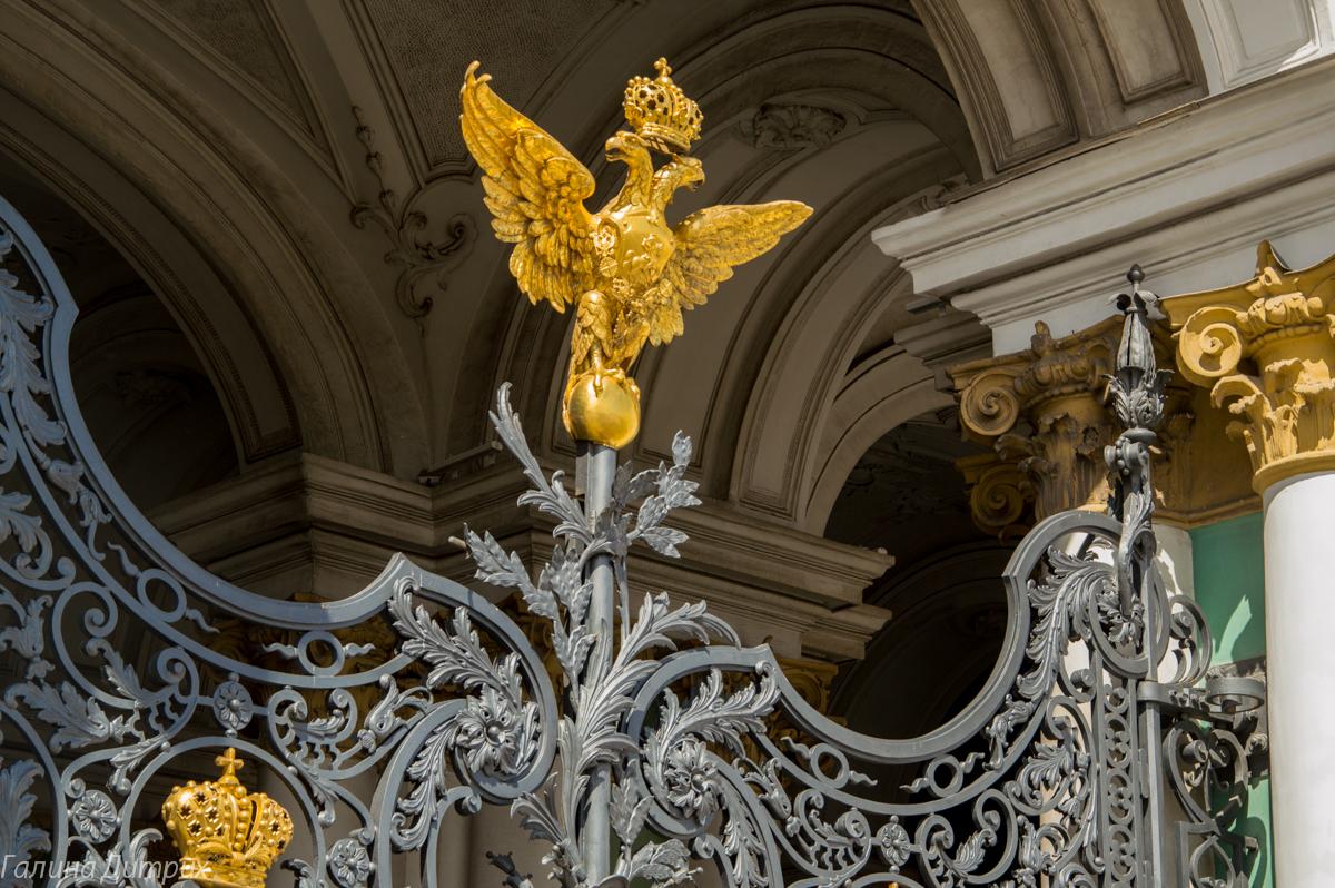 Двухглавый орел Зимнего дворца фото