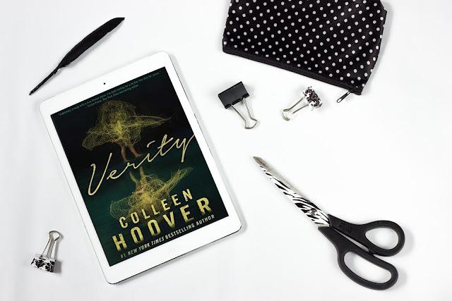 Tablet con copertina del libro Verity di Colleen Hoover su una scrivania