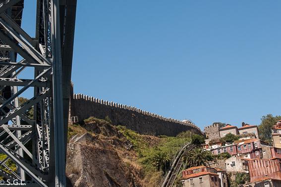 Vista del Funicular Dos Guindais y muralla fernandina de Oporto desde puente Luis I