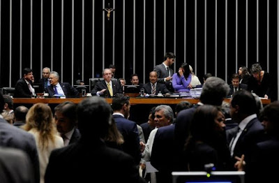 Debandada aumenta expectativa de aprovação do impeachment domingo