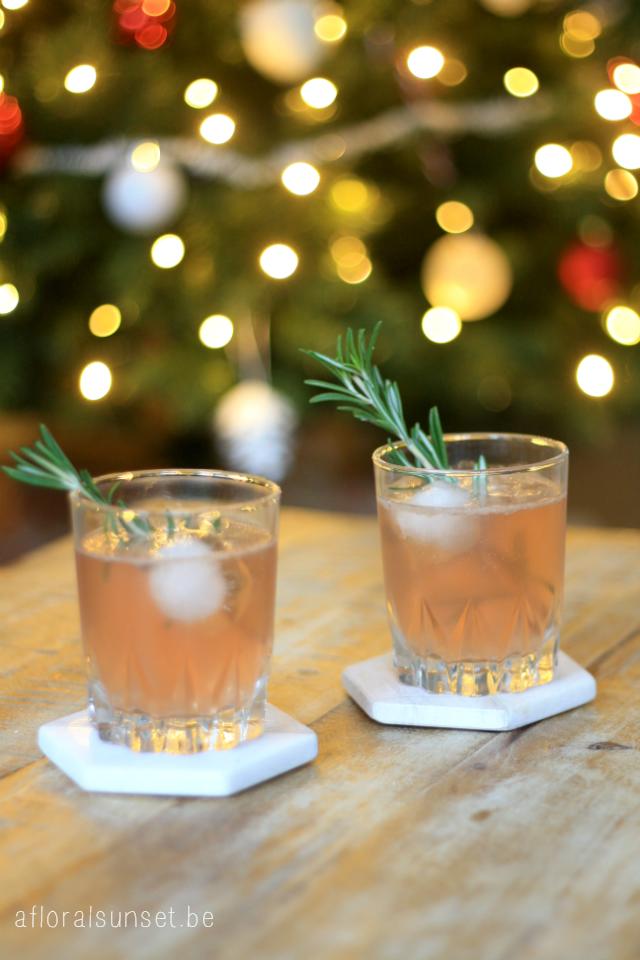 Kerstcocktail (met gin, granaatappelsap en citroen) - a floral sunset