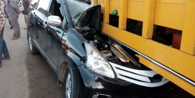 Mobil Avanza menabrak Truck Tronton
