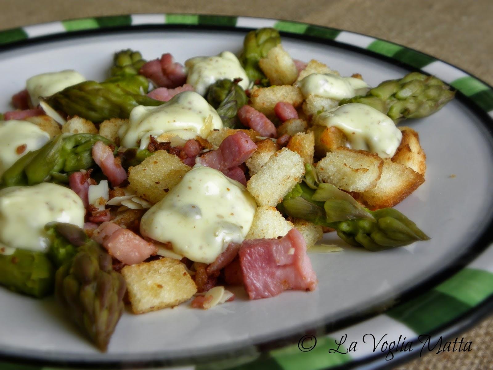 insalata croccante di asparagi, pancetta e mandorle