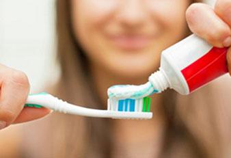 Diş fırçalamak ağızdaki soğan kokusunu gidermek için ilk uygulamanız gereken işlem