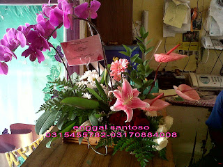 rangkaian karangan bunga meja anggrek bulan dan tiger lily
