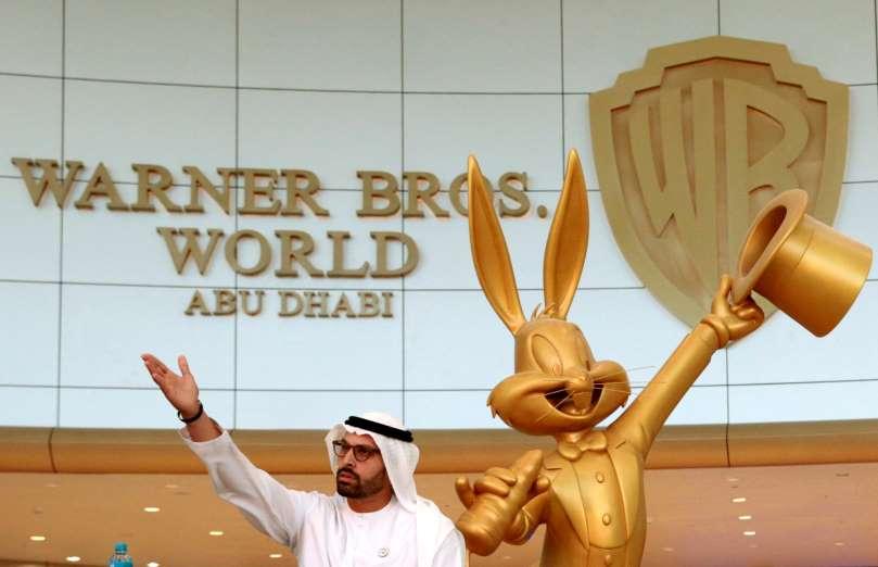 Warner Bros. World Abu Dhabi, el parque temático cubiertos más grandes del mundo. Yas Island y el parque temático techado más grande del mundo. Bugs Bunny en el parque Warner Bros. World de Abu Dhabi. Mohamed Khalifa Al Mubarak, presidente de la Autoridad de Turismo y Cultura de Abu Dhabi y Bugs Bunny