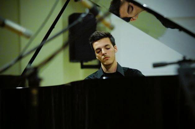 Ο Σταύρος Δρίτσας, νεαρός πιανίστας και μέλος της φιλαρμονικής Λουτρακίου, σημερα ζωντανά στο ραδιόφωνο!