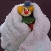 Secando palhacinho com toalha
